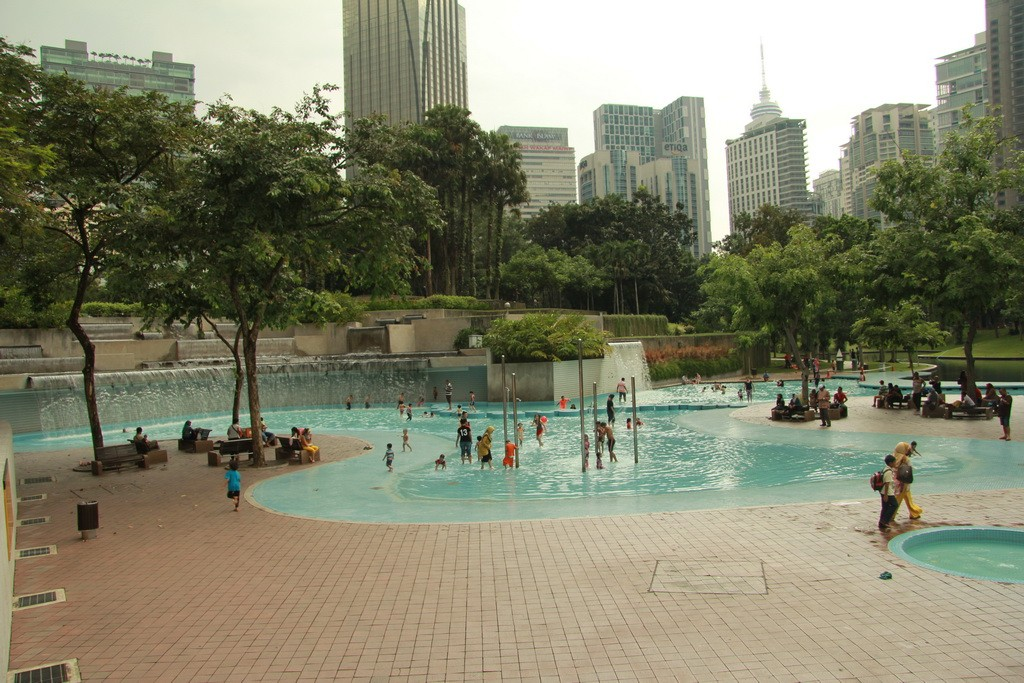 Куала-Лумпур. Бассейн в парке Taman KLCC.