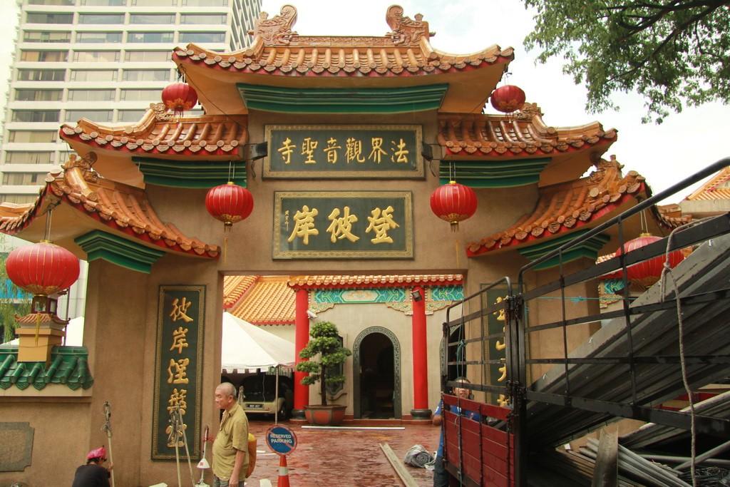 Куала-Лумпур. Вход в храм Kun Yam Thong.