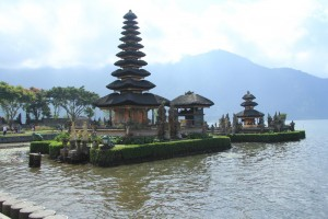 Бали. Храм Пура Улун Дану на озере Братан.