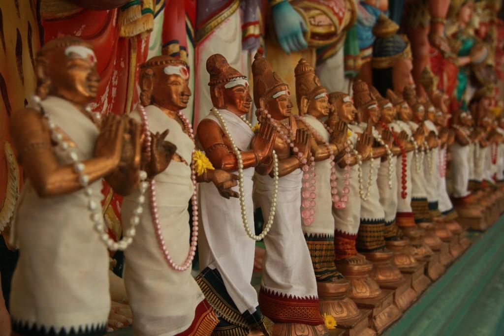 Куала-Лумпур. Шри Махамариамман. Статуэтки богов.