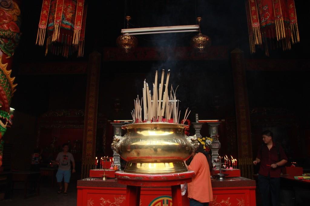 Куала-Лумпур. Храм Guan Di. Молитвенные палочки.
