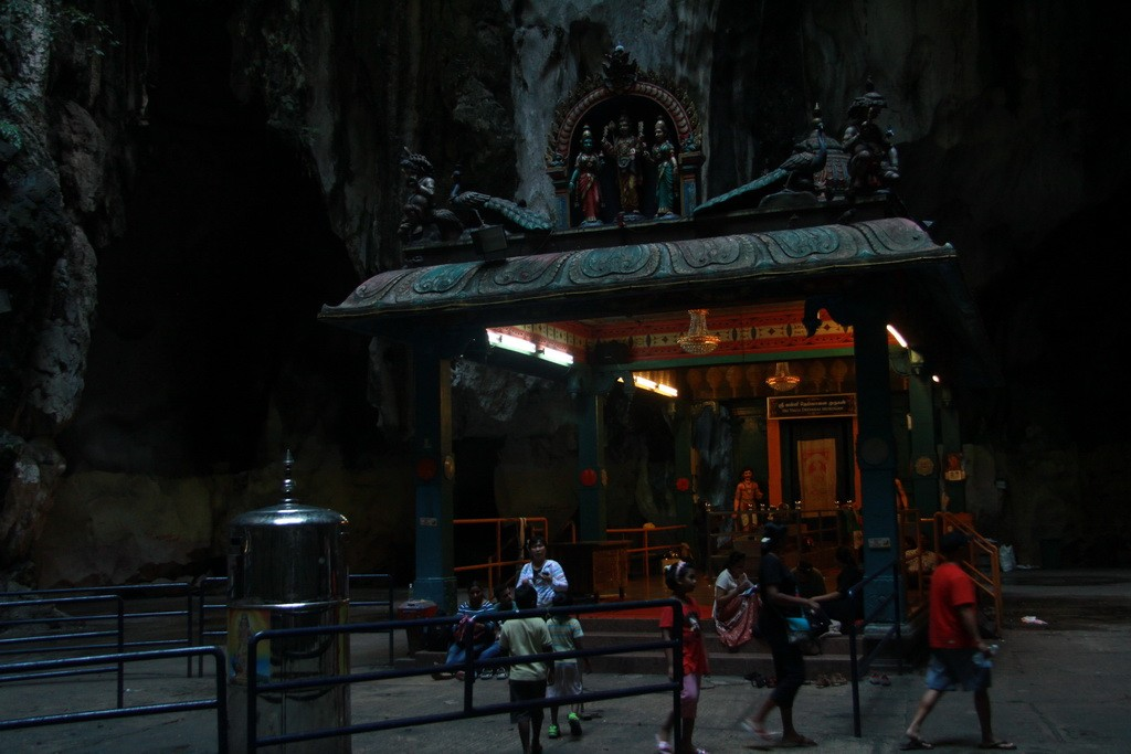 Куала-Лумпур. Пещеры Бату. Внутри храмовой пещеры.