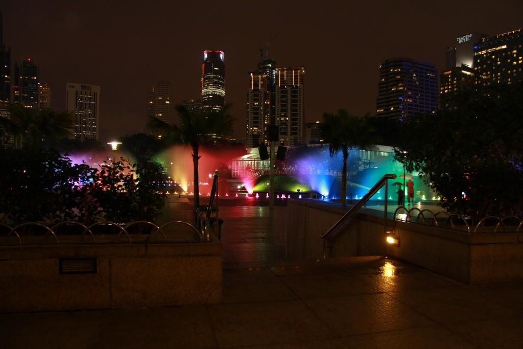 Куала-Лумпур. Танцующие фонтаны.