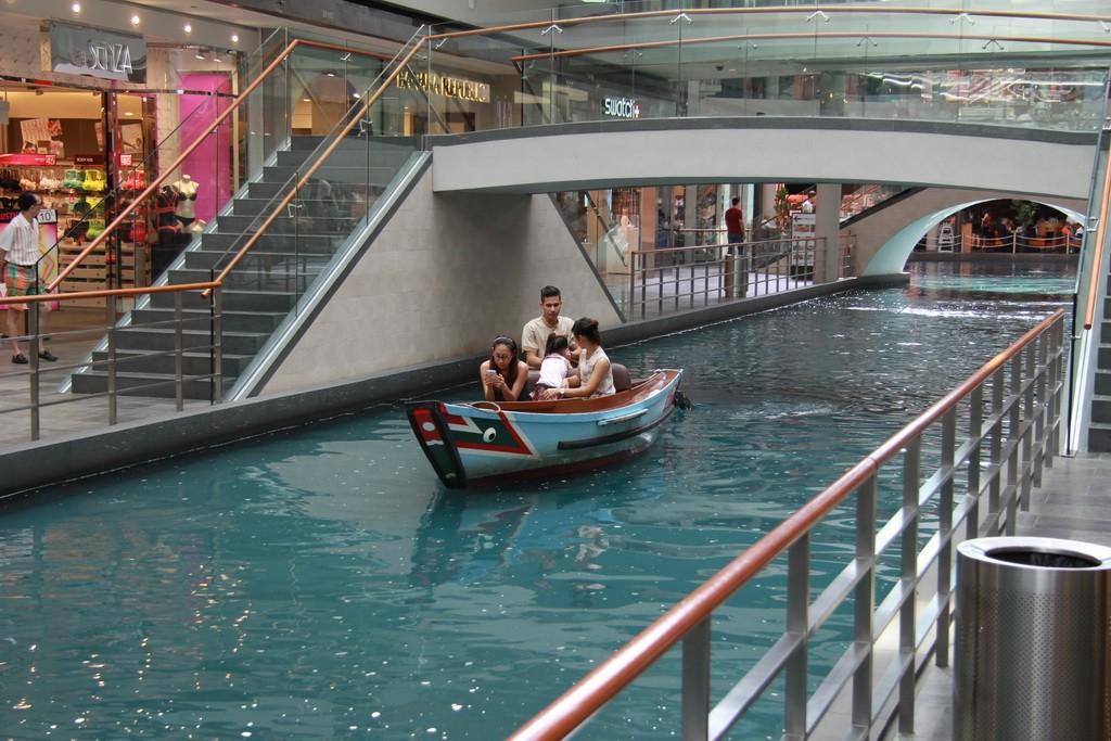 Сингапур. Водный канал в одном из моллов.