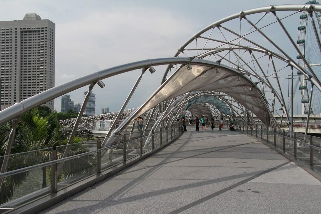 Сингапур. Мост в виде молекулы ДНК.