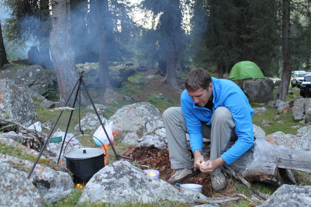 Ущелье Алтын-Арашан. Алексей готовит ужин.