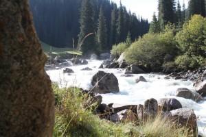 Река Арашан, вдоль которой бьют горячие источники.
