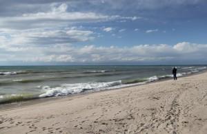 Волны на южном берегу озера Иссык-Куль.