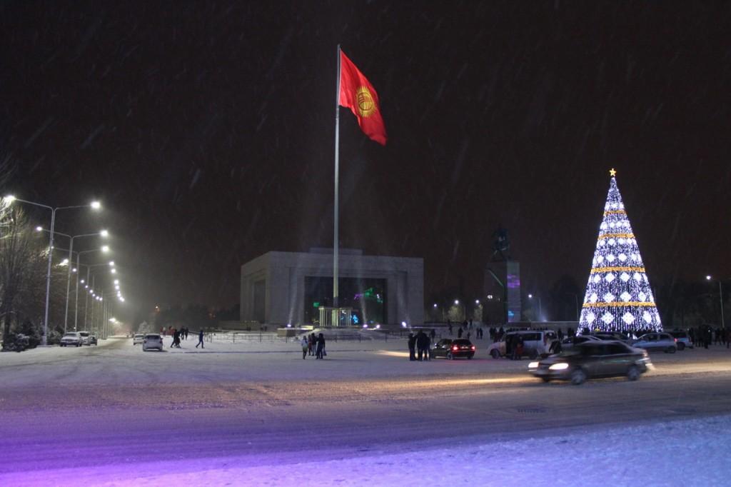 Киргизия. Новогодня ёлка на площади Ала-Тоо.