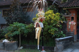 Бали. Столбы для подношений вдоль дорог.