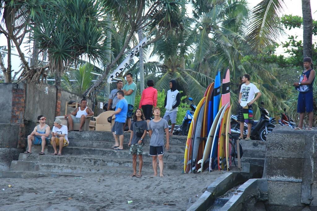 Серферы на пляже Берава в Чангу.
