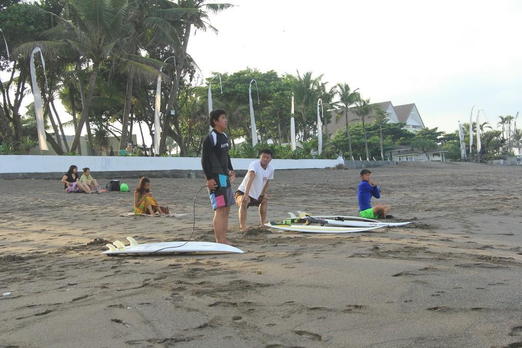 Бали. Разминка перед серфингом.