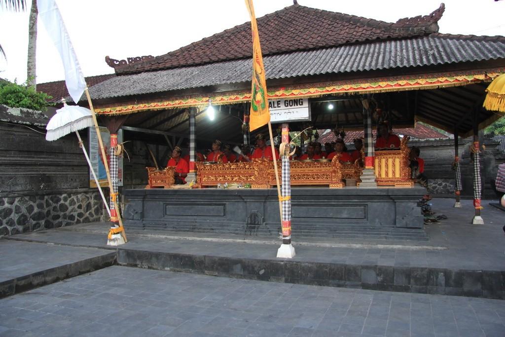 Бали. Музыка в храме Танах Лот.