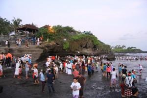 Бали. Толпы людей в храме Танах Лот.