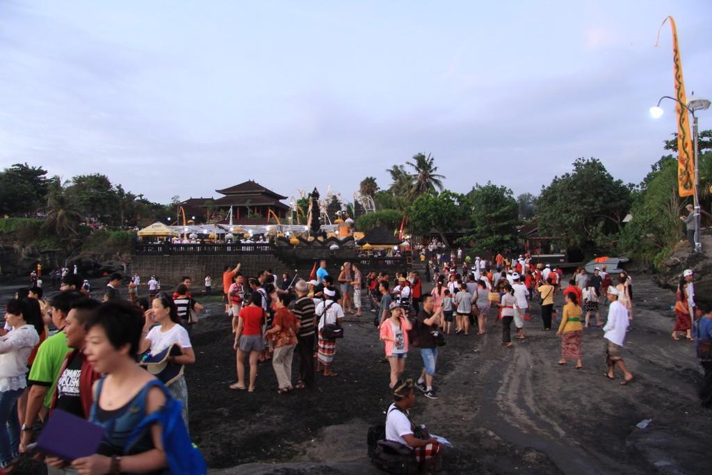 Бали. На подходе к храму Танах Лот.