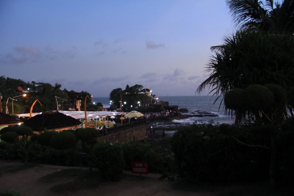Бали. Храм Пура Танах Лот ночью.