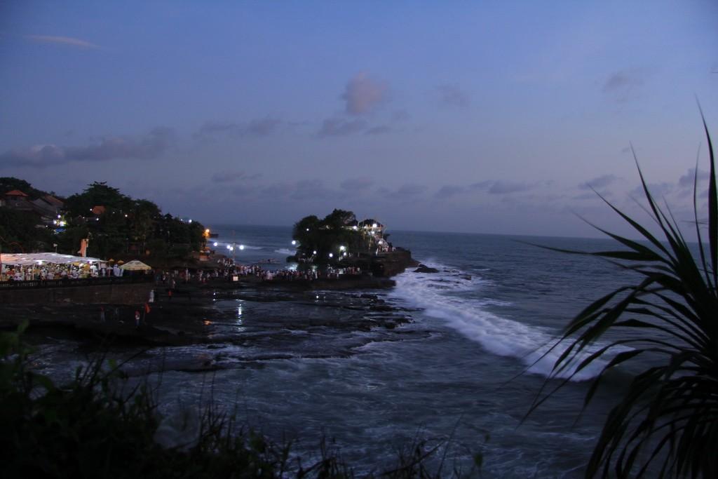 Бали. Храм Пура Танах Лот на закате.