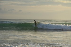 Бали. Серфинг на зеленых волнах.