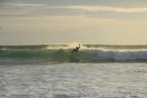 Местные серферы на Бали.