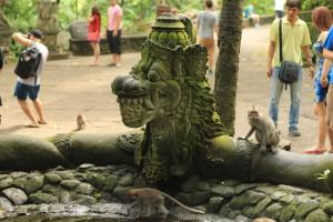 Бали. Зловещие скульптуры драконов в лесу обезьян.