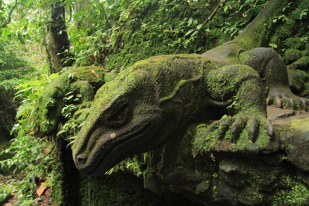 Убуд. Каменные изваяния варанов в лесу обезьян.