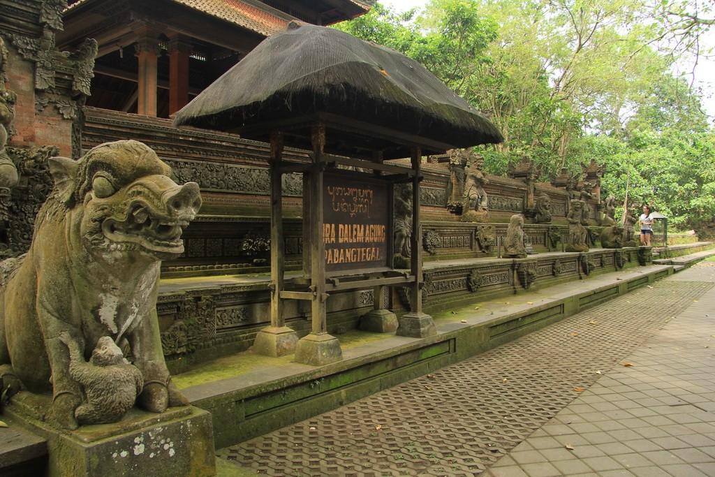 Традиционная пура в лесу обезьян Убуда.