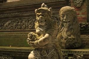 Зловещие и пугающие скульптуры балийских демонов и богов.