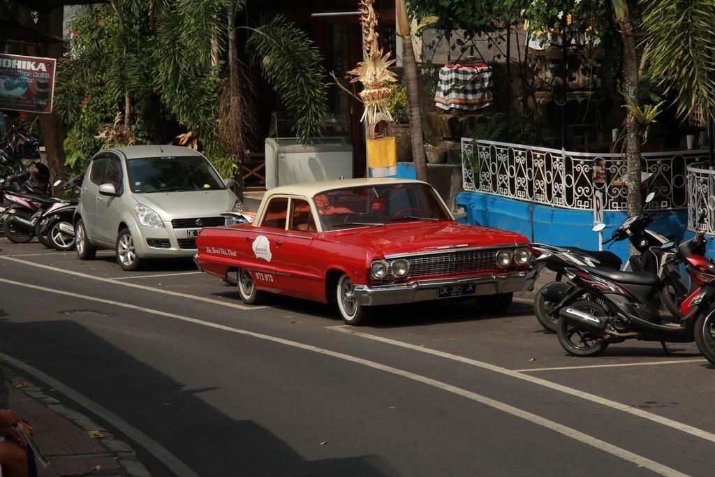 Бали. Убуд. Ретроавтомобили на улицах.