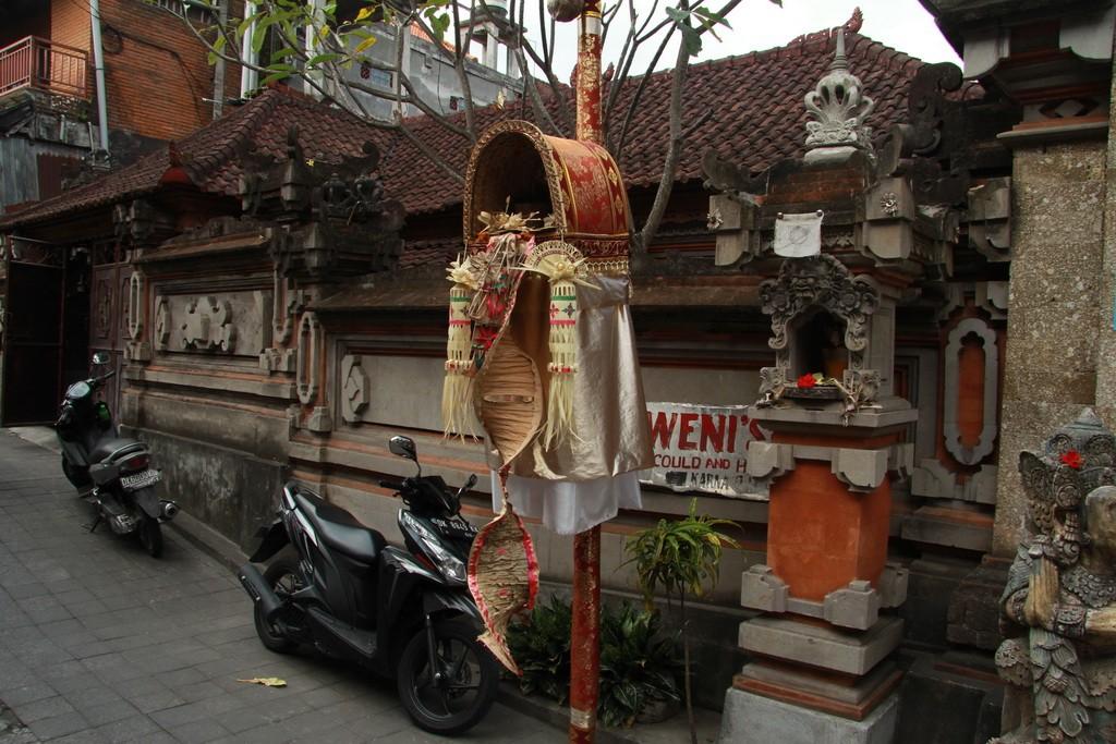 Убуд. Традиционный балийский бамбуковый столб для подношений - пенжор.