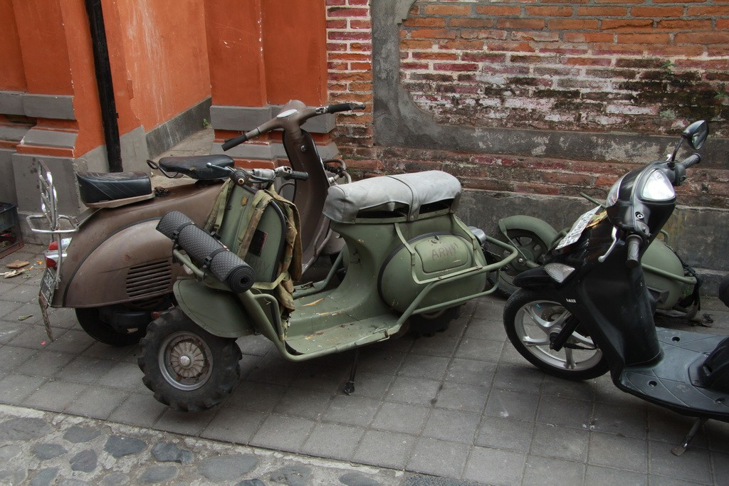 Военные мотороллеры на улицах Убуда.