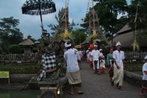 Бали. Жители идут на церемонию в храм.