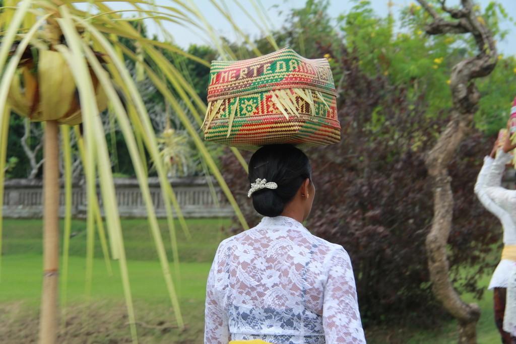 Бали. Девушка несет подношения в храм на голове.