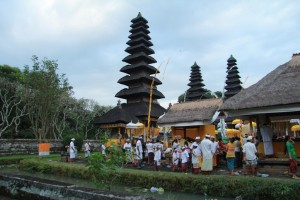 Мера - многоярусная башня балийского храма.