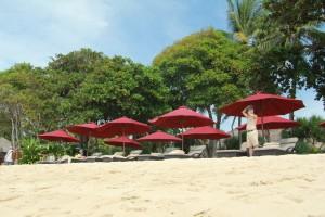 Бали. Шезлонги на пляже Нуса Дуа.