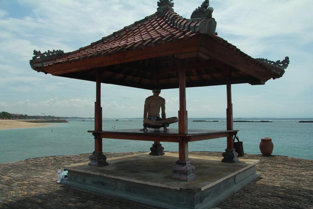 Бали. Беседка пагода в Нуса Дуа.