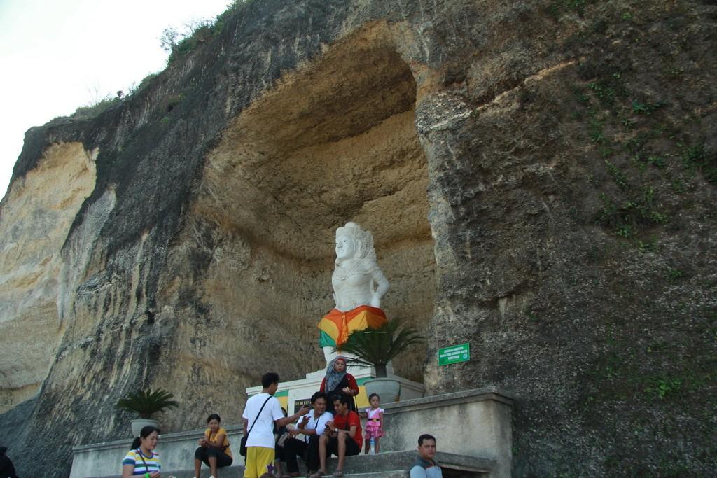 Pandawa beach. Скульптуры правителей в скалах.