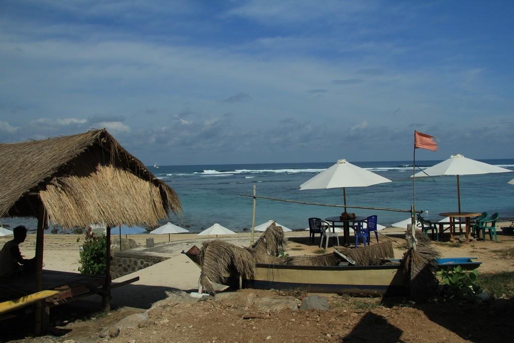 Бали. Шезлонги и зонтики на пляже Пандава.