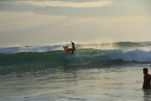 Бали. Серферы на пляже Дримлэнд.