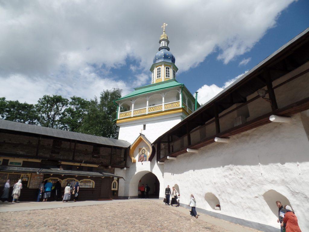 Ворота Псково-Печерского монастыря.