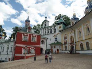 Ризница и колокольня Свято-Успенского монастыря в Печорах.