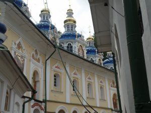 Купола Успенского храма в Печорах.