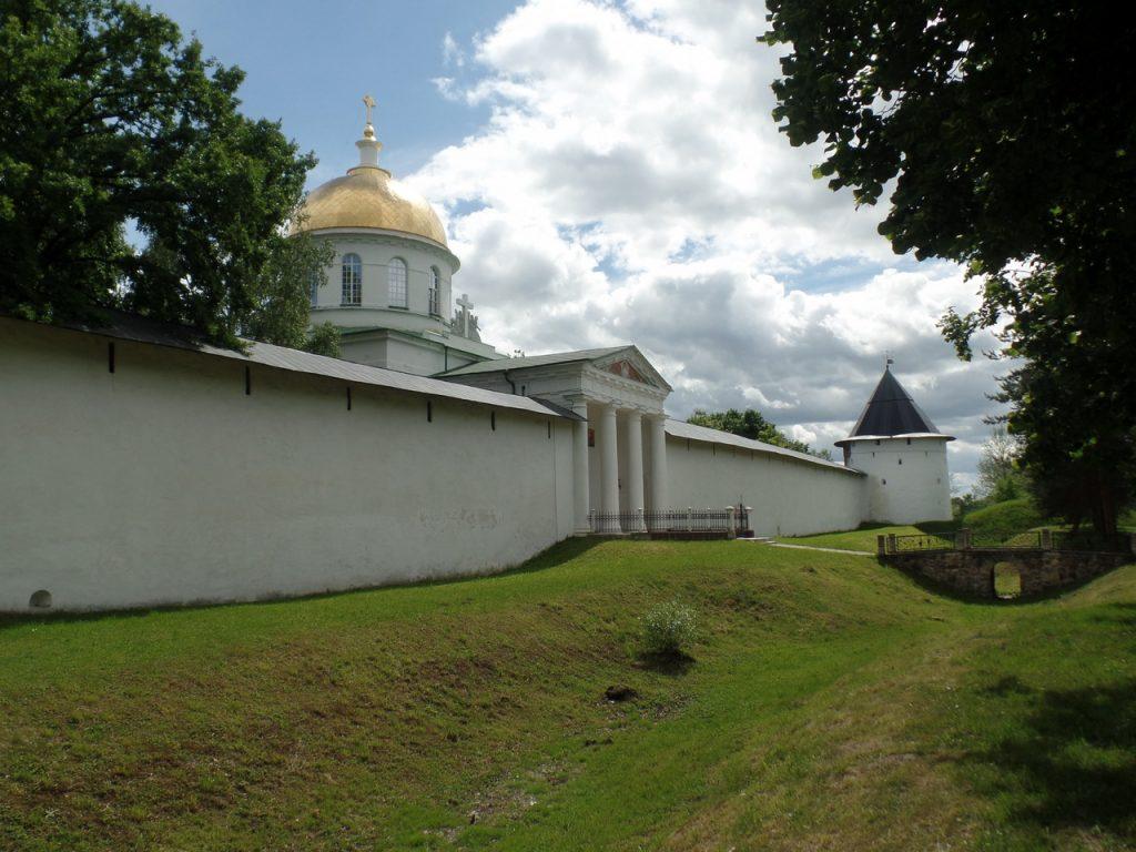 Стены Псково-Печерского монастыря.
