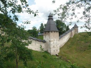 Стены и башни монастыря в Печорах.
