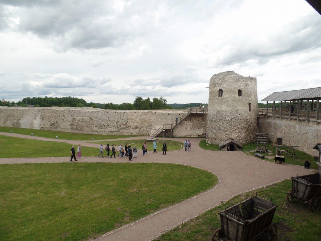Стены крепости в Изборске.