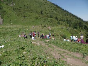 Привал группы туристов по дороге на Коль-Тор.