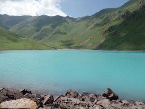 Лазурная вода озера Кол-Тор.