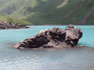 Каменные глыбы в озере Коль-Тор.