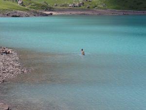Самые смелые купаются в озере Коль-Тор.
