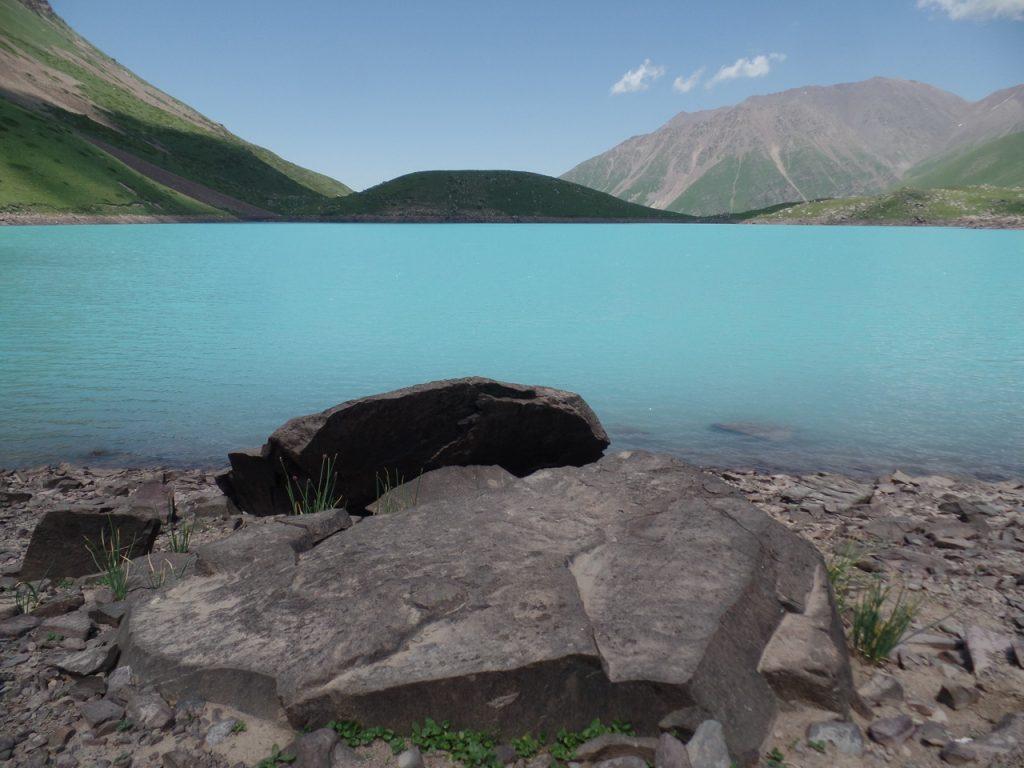 Вода невероятного озера Коль-Тор.