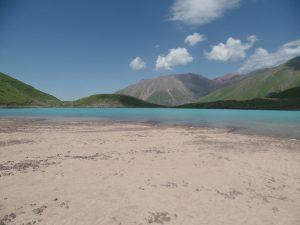 Песчаный пляж озера Коль-Тор.